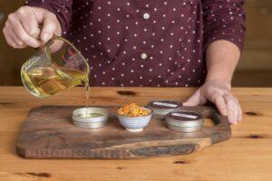 Samodzielnie przygotowane oleje czy nalewki wykorzystasz do leczenia wielu chorób. Fot. Shawn Linehan