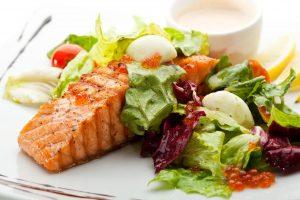 Dziki łosoś to tłusta ryba, idealna na diecie keto